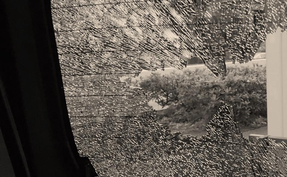 【体験談】車のリアガラスが割れていたときの対応,交換,修理費用までの流れ